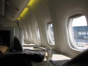 シートの横に窓がいくつもあります。エコノミーだと窓1つあるか、ないか、ということを考えると、相当な広さです。