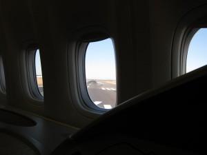 滑走路がまっすぐ見えます。ファーストクラスの窓から見える壮大な滑走路に感動します。