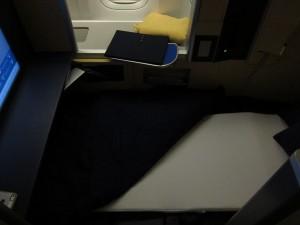 ANAファーストクラス ターンダウン後のシート。0.5回転くらいは寝返りが打てる幅もあります。