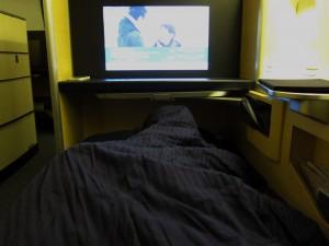 背中にクッションを敷いて、足を伸ばしきって、パーソナルスペースで飲みながら映画を観る。快適です。