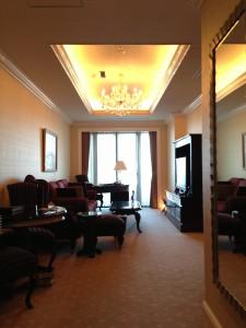 ホテル ラ・スイート神戸ハーバーランドの客室のリビング。若干幅に狭さを感じます。