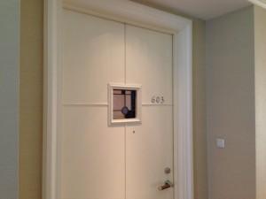 部屋のドアにはステンドグラスが填められていていて、細部にもこだわりが感じられます。