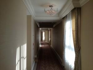 廊下の照明までシャンデリアです。廊下の窓からの眺望は、残念ながら阪神高速ですw逆に、客室は全室オーシャンビューで、背後の阪神高速の気配は一切感じられません。
