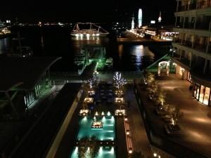ホテル ラ・スイート神戸ハーバーランドのバルコニーからは神戸港の夜景が広がります。ワインがうまい。