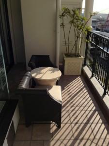 バルコニーにはテーブルとチェアがあり、神戸港を見ながらくつろげます。非常用通路となる場所に観葉植物の鉢が置いてあるのが気にはなります。
