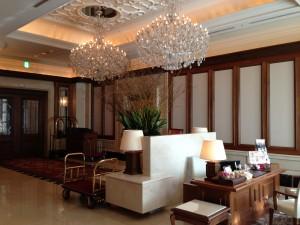 ホテル ラ・スイート神戸ハーバーランドのフロントスペース。フロントは写真左手になります。