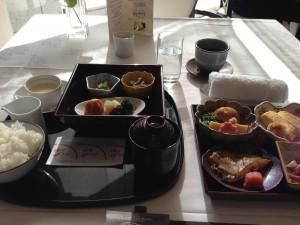 ホテル ラ・スイート神戸ハーバーランドの朝食に和食を注文します。事前情報からの期待値が高すぎたのか、大きな感動はありません。