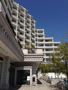 ホテル ラ・スイート神戸ハーバーランドのアプローチ。正面はレストランの入り口で、フロントは左奥へ更に進みます。