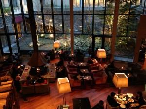ハイアットリージェンシー箱根のリビングルームでは、16:00-19:00の間、カクテルタイムになります。