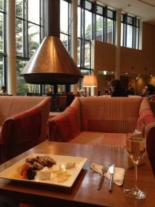 ハイアットリージェンシー箱根 リビングルームのカクテルタイムにシャンパンとチーズを合わせます。おつまみは優良です。