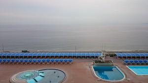 部屋からは大磯ロングビーチが見えます。シーズンオフで天気もイマイチだったので、哀愁漂いまくりです。