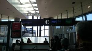 成田空港第1ターミナル43番ゲートで搭乗を待ちます。実は、何を勘違いしたのか直前まで44番に並んでいて、うっかりニューヨークへいってしまうところでした。