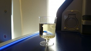 離陸までの間、スパークリングワインをいただきます。テンションMAX。