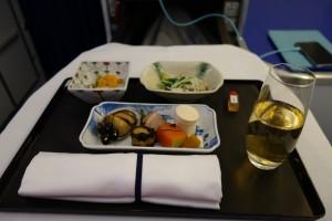 和食の前菜。生に見える食材も、火は通っているのか、それ同等の処理をしてある模様。食感は、生。