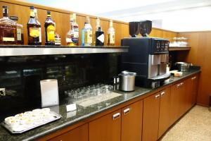 フードが置いてあるカウンターの向かい側のカウンター。アルコールの種類も豊富です。通常のUAラウンジではアルコールは有料なので、それと比較すると大きな違いです。