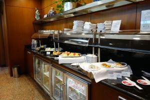 UAのファーストクラスラウンジには、お寿司やカップ麺などのフードもあります。