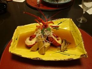 伊勢エビです。調理方法をいくつか選ばせてもらえるのですが、あえて煮付けにしてもらいます。器の黄色と伊勢エビの赤のコントラストが素晴らしいです。