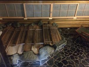 今回の温泉宿の部屋付露天風呂。まだ蓋をした状態w