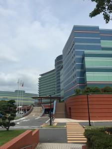 10分ほど歩くと琵琶湖ホテルが見えてきます。歩行者通路からロビーへ向かいます。