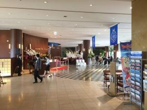 琵琶湖ホテルのロビー。開業80周年のバナーが吊られていました。こちらに移転してきたのは1998年です。