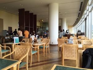 メインダイニング ザ・ガーデン。天井が高く、窓が琵琶湖に向かって一面に設けられているので開放感抜群です。