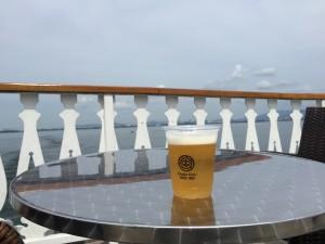 ミシガン3階デッキ横のバーカウンターでもビールを買えます。コップはプラスチックですが、琵琶湖汽船のロゴが入っていてちょっとかっこいいです。