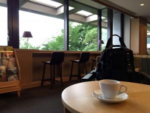 オーシャンラウンジで淹れたてコーヒーを愉しみます。ブッフェレストランとは違い、静かです。