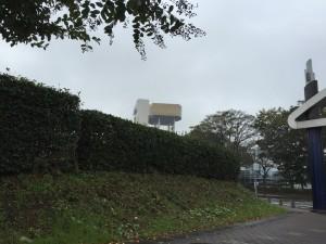 車でアサヒビール茨城工場へ近づくと突然てっぺんが金色の建造物が見えてきます。