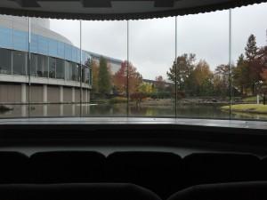 プレゼンが終わるとスクリーンが上がって、ビオトープが視界に広がります。