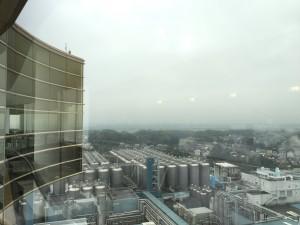 アサヒビール茨城工場の屋外発酵熟成タンク群が見えます。