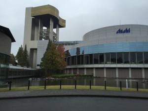 アサヒビール茨城工場に到着です。左がエントランスです。左のホールでプレゼンを受けて、真ん中の廊下を通って、奥の工場へ向かいます。