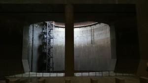 首都圏外郭放水路の調圧水槽である地下神殿への光の入り方がかっこよすぎ!柵の奥は縦穴が続いており、乗り越えると奈落の底へ落ちていきます。