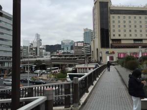神戸みなと温泉 蓮へは三宮駅で降りて、三宮交差点側(海側)へ出ます。JR三宮だと東口が便利です。