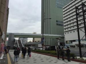ラウンドワン前から神戸みなと温泉 蓮専用のバスが出ています。バス停とか無いですが、写真に写ってるあたりにやってきます。「神戸みなと温泉 蓮」と書いてあるのですぐ分かります。