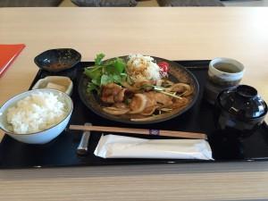 今回は豚生姜焼き定食を注文。1,200円(税別)。