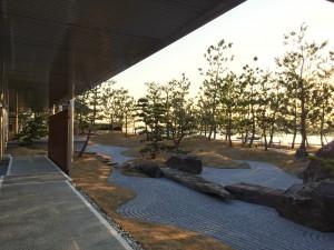 敷地へのエントランスから神戸みなと温泉 蓮のエントランスまでのアプローチには日本庭園が配置されています。バスだと見逃しがちですがオススメです。