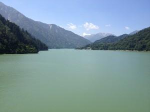 黒部ダムその④ 黒部湖の南側の写真。奥は黒部五郎岳か野口五郎岳?