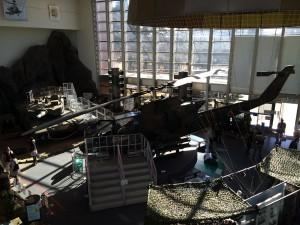 室内の展示スペース。ヘリや戦車、自衛隊員の装備品も展示されています。