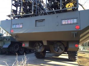 94式 水際地雷敷設装置を後ろから。水際というだけあって水陸両用です。