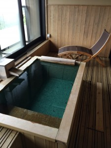 部屋付露天風呂その②。自分の好みは檜風呂なのですが、なかなか総檜のお風呂には巡り会えませんね。