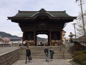 こちらが善光寺の仁王門。風格がありますね、当然ですけどw