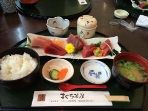 こちらが「まぐろ茶屋」のまぐろの刺身定食。赤身が美味しかった!