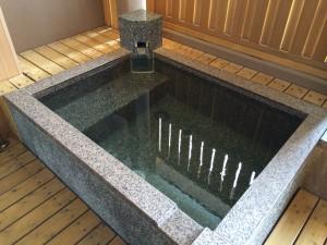 今回の温泉宿の部屋露天風呂。海のすぐそばで気持ち良い!