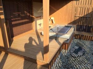 こちらが今回の部屋露天風呂。撮影者の影がウザいw