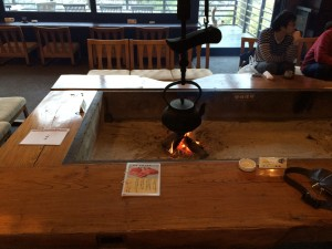 ロビーには囲炉裏があってこれまたタイムスリップしたような雰囲気を味わえます。