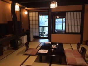 今回のお部屋。部屋の造りや家具等の調度品がレトロで懐かしさを感じさせます。