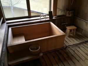 こちらが今回のお部屋にある露天風呂。念願の檜の湯船!