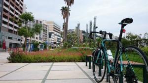 ロードバイクでついに熱海まで到達。市街地の海岸線は整備されていて、新しいマンションも建ち並んでいました。