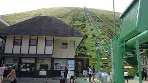 大室山の山頂へ連れて行ってくれるリフト。スキー場にあるやつと同じです。