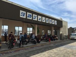 ジェノバラインの乗り場。バイクは結構並んでいて、1便では乗り切れないケースもあるようです。ロードバイクは余裕。